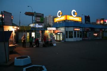 В то время как мы ожидаем открытия метро, на улице почти безмолвие.