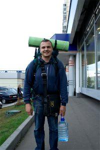 Трахер с рюкзаком на спине.