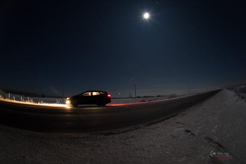 Дорога на Кириши. Всё залито лунным светом и почти нет машин!